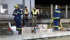 Die Helfer nehmen das ESS in Betrieb.
